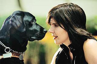 Thays Martinez, 35, posa para foto com Diesel, 2, seu novo cão guia; advogada perdeu a visão quando tinha quatro anos de idade